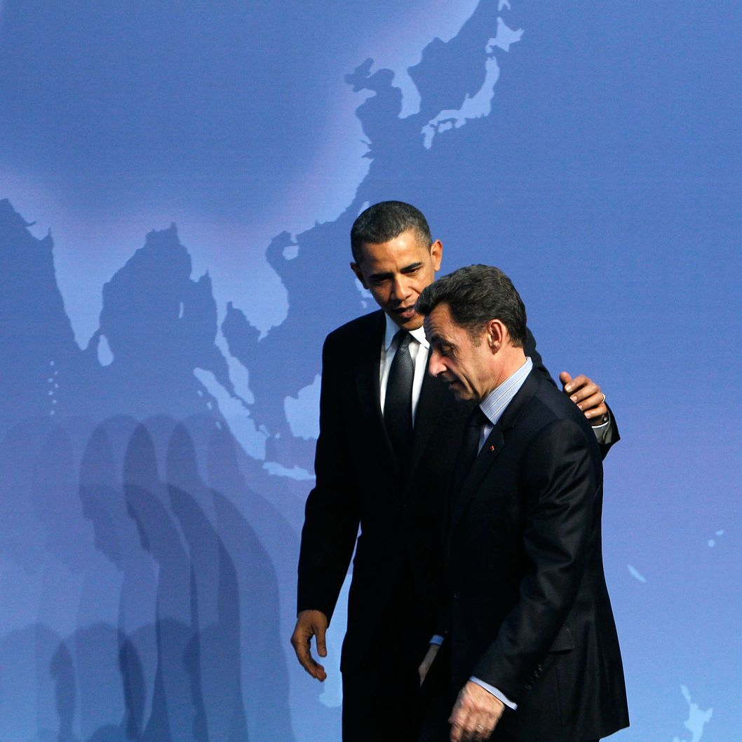 U.S. President Barack Obama (L) talks to President of France Nicolas Sarkozy (R) at the Nuclear Security Summit April 12, 2010 in Washington, DC.