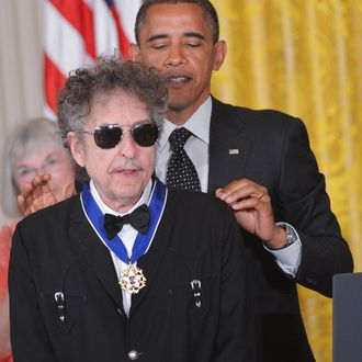 US President Barack Obama presents the Presidential Medal of Freedom to musician Bob Dylan during a ceremony on May 29, 2012