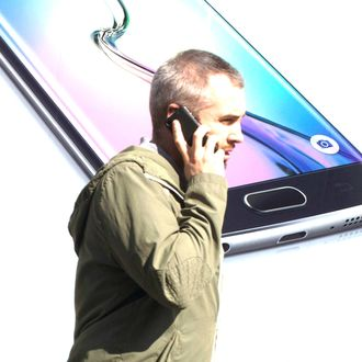 UK - London - Phone user and Samsung S6 shop ad