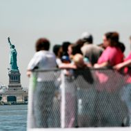 Etats-Unis, New-York, Manhattan, Financial District, touristes sur la plage arri?re d'un ferry ? destination de Liberty Island, Statue de la Libert? en arri?re-plan//United States, New York, Manhattan, Financial District, tourists on the quarterdeck of a ferry to Liberty Island, Statue of Liberty in background