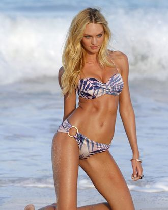 8672949 Model Candice Swanepoel posed on the beach and shows off her sexy body for another session of a Victoria's Secret bikini photo shoot on January 29, 2012 in St Barts, Caribbean. Candice took a break to enjoy a game of paddleball before modeling more bikinis. Restriction applies: USA/AUSTRALIA ONLY FameFlynet, Inc. - Santa Monica, CA, USA - +1 (818) 307-4813
