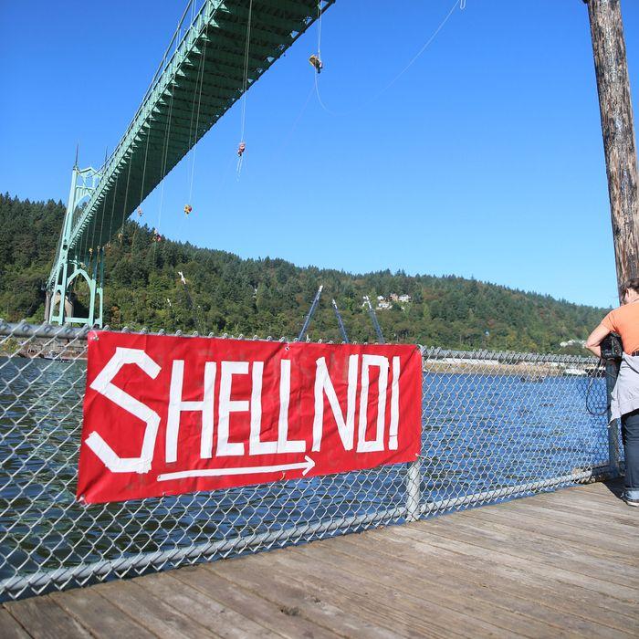 Greenpeace Protesters Block Shell's Icebreaker