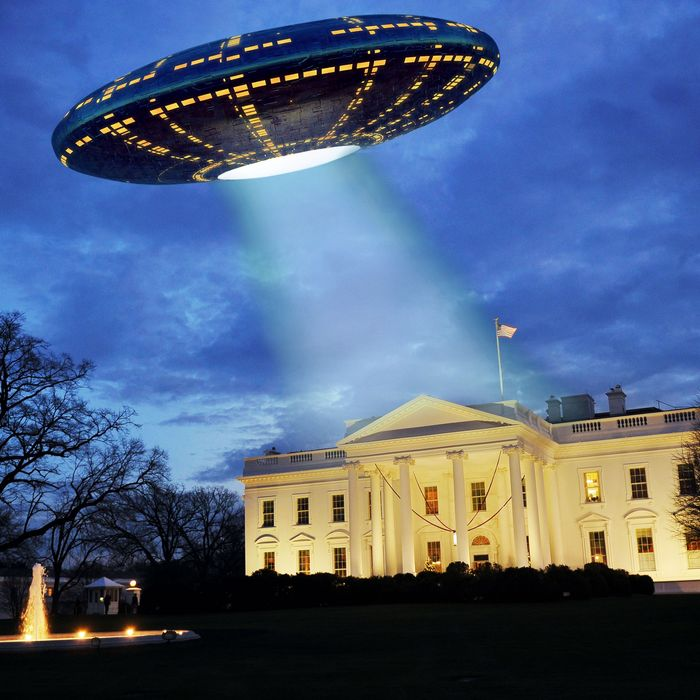 A UFO hovers above the White House.