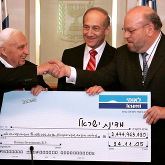 JERUSALEM, ISRAEL - JANUARY 4: Israeli Prime Minister Ariel Sharon (L) shakes hands with Ezra Merkin, Managing partner for Gabriel Capital Group as Israeli Finance Minister Ehud Olmert (C) looks on during a ceremony completing the sale of Bank Leumi to a private U.S. investment group in his office on January 4, 2006 in Jerusalem, Israel. A corruption probe haunting Prime Minister Ariel Sharon in the run-up to Israel's March election resurfaced on Wednesday after police asked a court for permission to search an Austrian businessman's computer. (Photo by Eliana Aponte-Pool/Getty Images) *** Local Caption *** Ariel Sharon;Ezra Merkin;Ehud Olmert