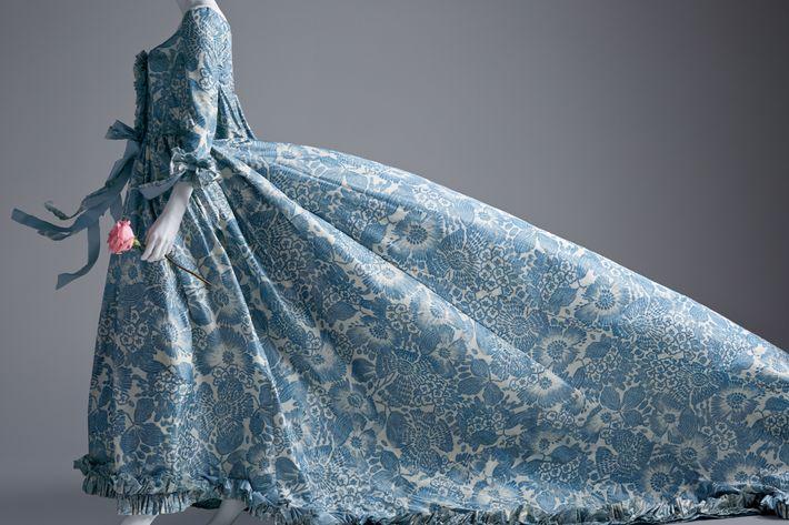 An Oscar de la Renta dress worn by Kirsten Dunst in <em>Vogue</em>, September 2006.