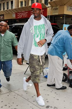 NEW YORK, NY - JUNE 14:  Professional football player Plaxico Burress enters the Soho Sunglass Hut store on June 14, 2011 in New York City.  (Photo by Ray Tamarra/Getty Images)