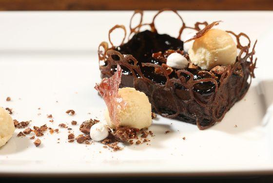 Onion (chocolate tart with ice cream).