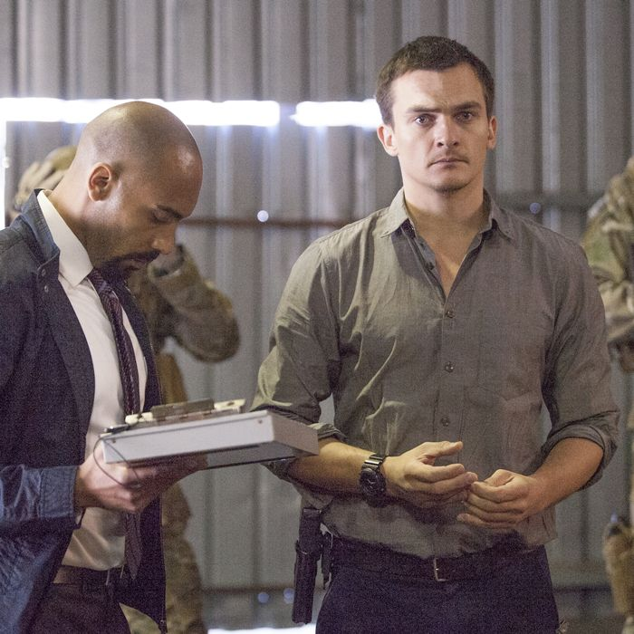 Alex Lanipekun as Hank Wonham and Rupert Friend as Peter Quinn in Homeland (Season 4, Episode 09). - Photo: David Bloomer/SHOWTIME - Photo ID: Homeland_409_1164.R