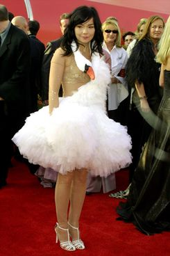 "UNITED STATES - MARCH 25:  Bjork, Best Song nomminee for ""Dancer in the Dark"" arriving for the 73rd Academy Awards 3/25/01.  (Photo by Vinnie Zuffante/Getty Images)"