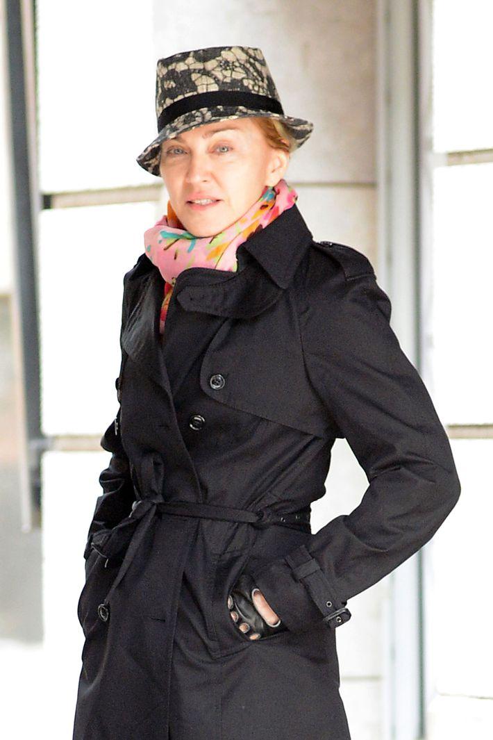 Surprise Madonnas Makeup-Free Face Looks Nice-3930