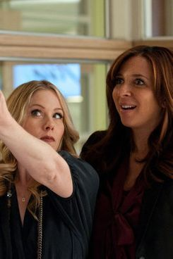 """UP ALL NIGHT -- """"Pilot"""" -- Pictured: (l-r) Christina Applegate as Reagan, Maya Rudolph as Ava -- Photo by: Colleen Hayes/NBC"""