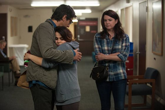 "PARENTHOOD -- ""The Pontiac"" Episode 522 -- Pictured: (l-r) Ray Romano as Hank, Mae Whitman as Amber, Lauren Graham as Sarah -- (Photo by: Colleen Hayes/NBC)"