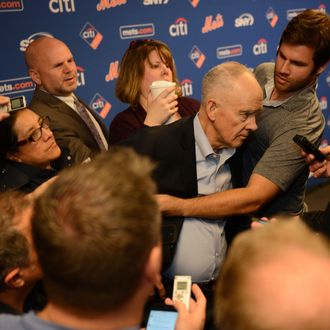Sandy Alderson collapses during press conference