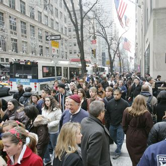 New York, UNITED STATES: Crowds fill the sidewalks at Fifth Avenue and 51st Street in Manhattan 21 December, 2006. With only four days before Christmas people are finishing up their shopping. AFP PHOTO/DON EMMERT (Photo credit should read DON EMMERT/AFP/Getty Images)