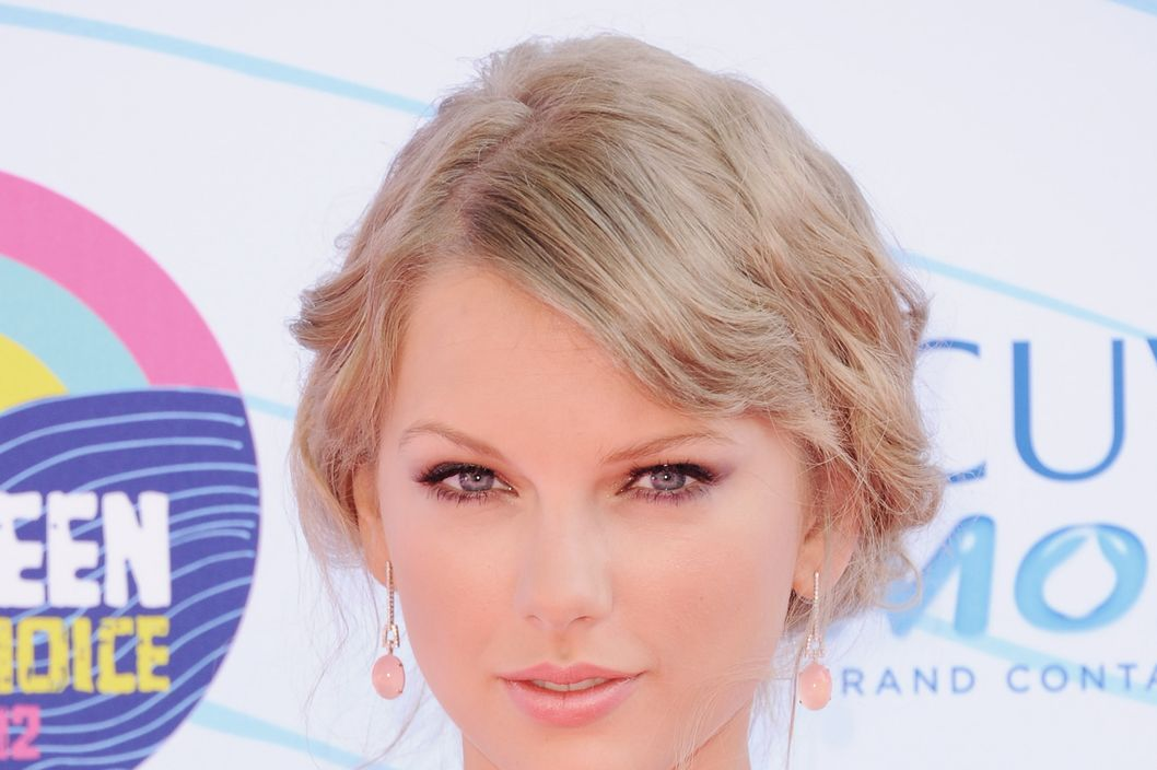 Singer Taylor Swift arrives at the 2012 Teen Choice Awards at Gibson Amphitheatre on July 22, 2012 in Universal City, California.