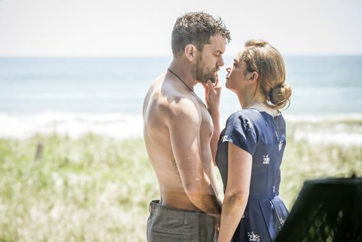 Joshua Jackson as Cole and Ruth Wilson as Alison in The Affair (season 1, episode 3). - Photo: Mark Schafer/SHOWTIME - Photo ID:  TheAffair_103_
