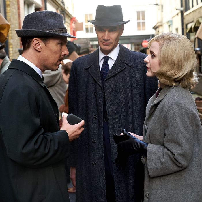 Benedict Cumberbatch, Angus Wright, and Rachel Brosnahan in The Courier.