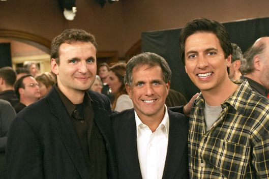 "Leslie Moonves (center) Co-President and Co-Chief Operating Officer,Viacom joins ""Everybody Loves Raymond"" star Ray Romano (right) and creator and executive producer Phil Rosenthal at the taping of the final episode of the Emmy award-winning CBS comedy series on Saturday January 29,2005..       Cr:Robert Voets/CBS      Copyright 2005 CBS Broadcasting Inc.      All Rights Reserved      may not be archived or resold"