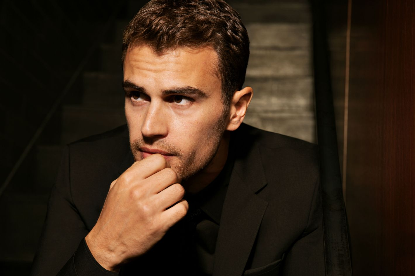Estremamente Theo James on Eyebrows and Manscaping GL94