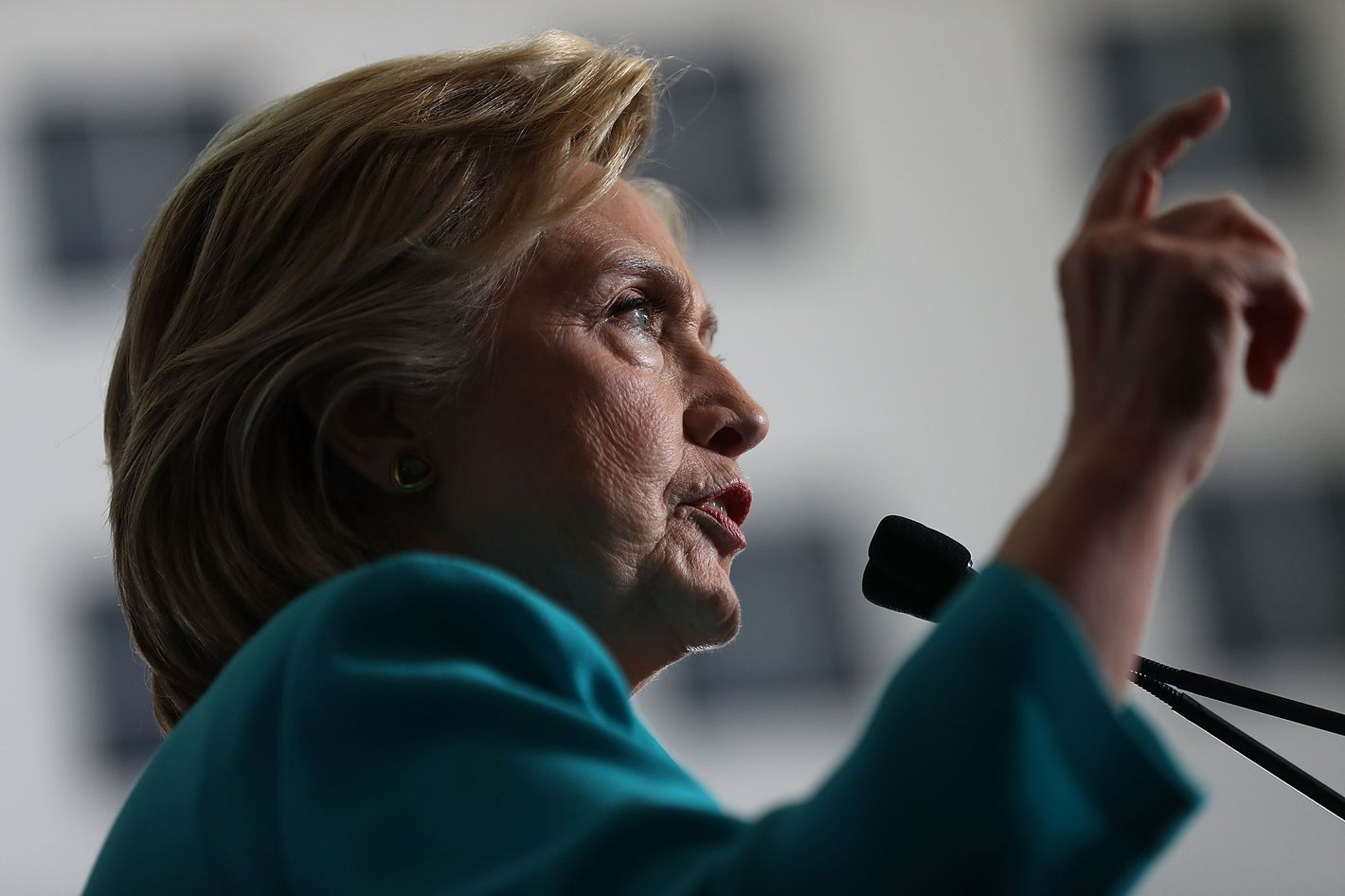 Clinton plans to prevent drug price hikes with federal oversight group