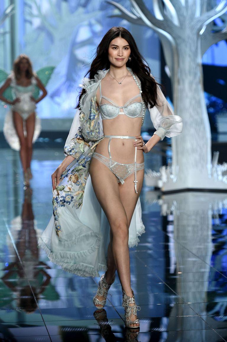 asian-catwalk-model-lea-tyron-pantyhose