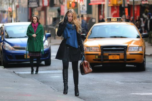 """Cross Rhodes"" GOSSIP GIRL Pictured (L-R) Leighton Meester as Blair Waldorf and Blake Lively as Serena VanDer Woodsen."
