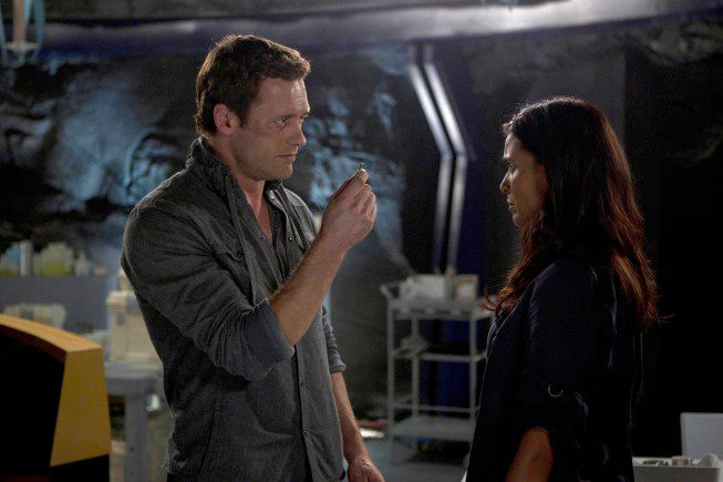 """TERRA NOVA:  Jim (Jason O'Mara, L) helps Elisabeth (Shelley Conn, R) remember the details of her life after a mysterious virus causes her to lose her memory in the """"What Remains"""" episode of TERRA NOVA airing Monday, Oct. 10 (9:00-10:00 PM ET/PT) on FOX.  ©2011 Fox Broadcasting Co.  Cr:  Brook Rushton/FOX"""