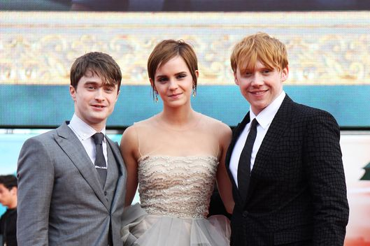 LONDON, ENGLAND - JULY 07:  (UK TABLOID NEWSPAPERS OUT) L-R Daniel Radcliffe, Emma Watson and Rupert Grint attend the world premiere of Harry Potter and the Deathly Hallows Part 2 at Trafalgar Square on July 7, 2011 in London, England.  (Photo by Dave Hogan/Getty Images)