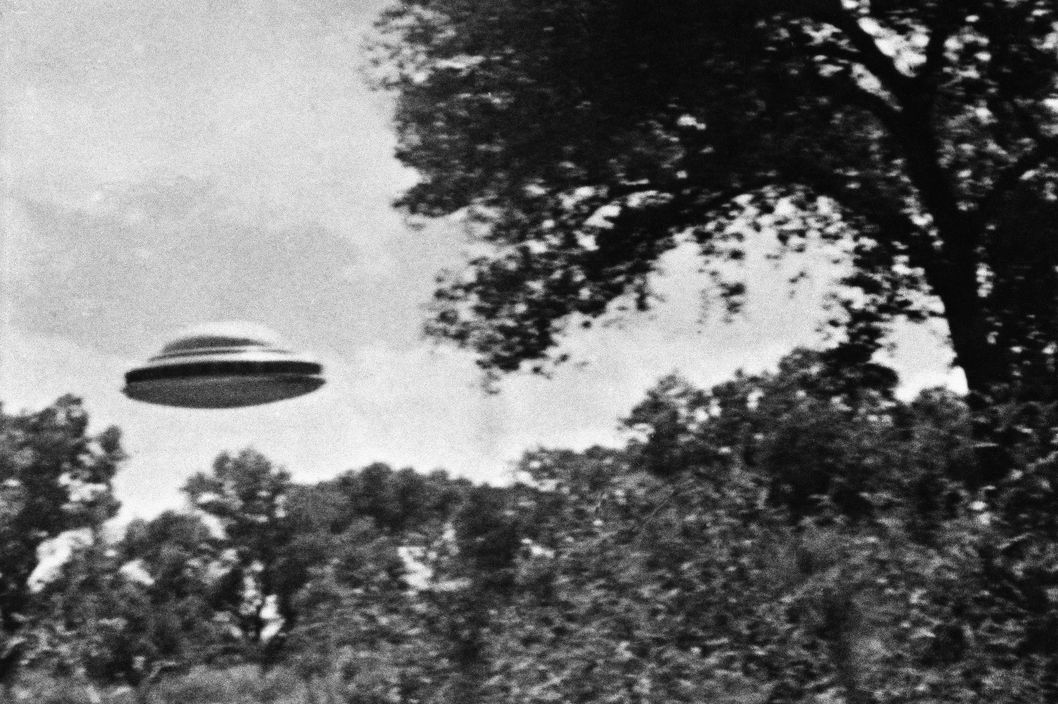 16 Jun 1963, New Mexico, USA --- The Amalgamated Flying Saucer Club of America, which headquarters in Los Angeles, released this photo taken by a member reportedly showing a flying saucer estimated at seventy feet in diameter. --- Image by ? Bettmann/CORBIS