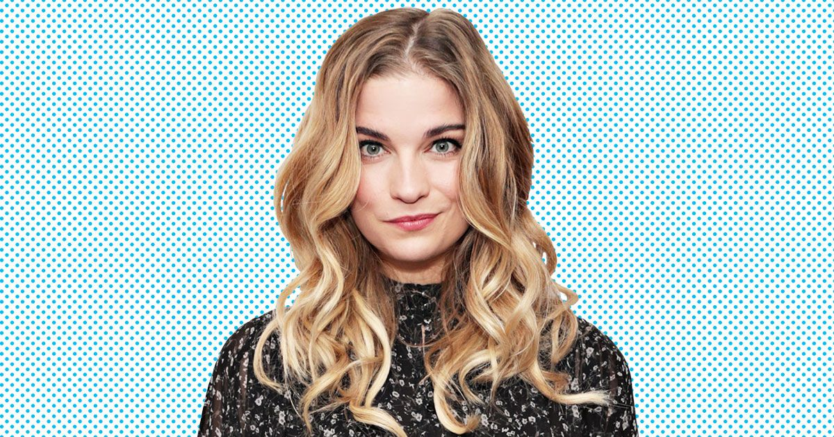 Annie Murphy Brings Her Schitt's Creek Voice Home With Her