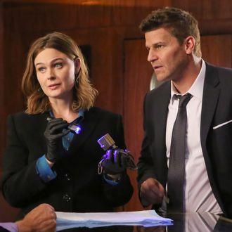 BONES: L-R: Guest star Jay Thomas, Emily Deschanel and David Boreanaz in the