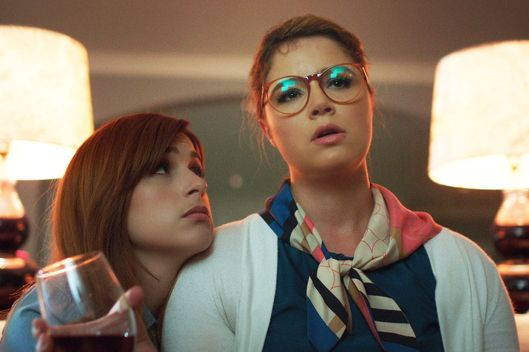 "YOU'RE THE WORST -- ""We Can Do Better Than This"" -- Episode 205 (Airs Wednesday, October 7, 10:30 pm e/p Pictured: (l-r) Aya Cash as Gretchen Cutler, Kether Donohue as Lindsay Jillian. CR: FX"