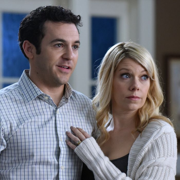 """THE GRINDER: L-R: Fred Savage and Mary Elizabeth Ellis in the """"Delusions of Grinder"""" episode airing Tuesday, Feb. 23 (9:30-10:00 PM ET/PT) on FOX. ©2016 Fox Broadcasting Co. Cr: Ray Mickshaw/FOX"""