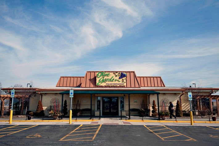 A Darden Restaurants Inc. Olive Garden location stands in Peoria, Illinois, U.S., on Tuesday, March 18, 2014.