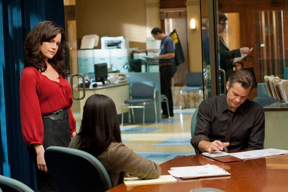JUSTIFIED: Episode 2: CUT TIES (Airs January 24, 10:00 pm e/p). Carla Gugino (standing, L) and Timothy Olyphant (seated, R). CR: Prashant Gupta / FX.