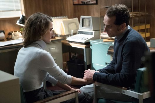 "THE AMERICANS -- ""EST Men"" Episode 301 -- Pictured: (L-R) Keri Russell as Elizabeth Jennings, Matthew Rhys as Philip Jennings. CR: Michael Parmelee/FX"