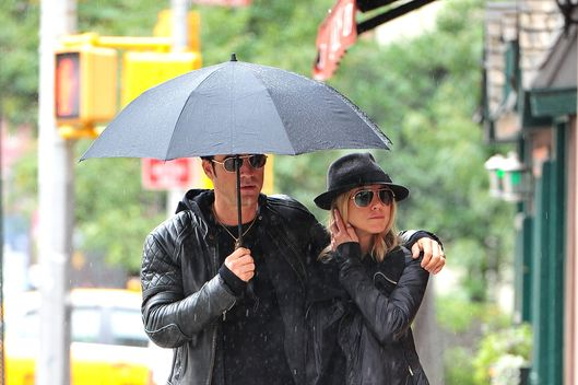 NEW YORK, NY - SEPTEMBER 20:  Justin Theroux and Jennifer Aniston walk in the rain in the West Village on September 20, 2011 in New York City.  (Photo by James Devaney/WireImage)