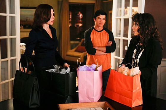 """The Bit Bucket""--Alicia (Julianna Margulies, left) talks with Zach (Graham Phillips, center) and her mother, Veronica (Stockard Channing, right), who ends up helping Alicia unexpectedly, on THE GOOD WIFE, Sunday, Oct. 6 (9:00-10:00 PM, ET/PT) on the CBS Television Network Photo: Craig Blankenhorn/CBS √?¬©2013 CBS Broadcasting Inc. All Rights Reserved"