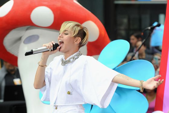 "NEW YORK, NY - OCTOBER 07:  Miley Cyrus performs on NBC's ""Today"" at the NBC's TODAY Show on October 7, 2013 in New York, New York.  (Photo by Jamie McCarthy/Getty Images)"