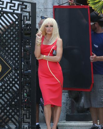 f65744df3eb414 First Look at Penelope Cruz as Donatella Versace in ACS