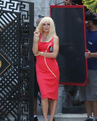 f65744df3eb414 First Look at Penelope Cruz as Donatella Versace in ACS