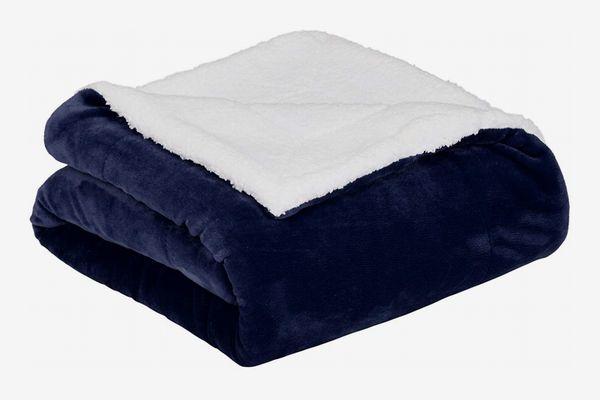 AmazonBasics Micromink Sherpa Blanket - Super-Soft, Wrinkle-Resistant