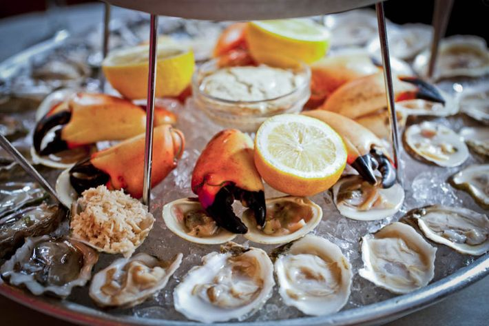 On ice new york s sixteen most impressive seafood platters for Fish market restaurant nyc