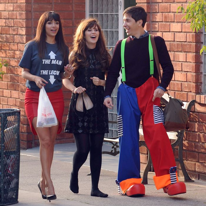 NEW GIRL: During a long walk home after a night of partying, Cece (Hannah Simone, L) and Jess (Zooey Deschanel, C) run into Jess' ex-boyfriend Paul (guest star Justin Long, R) in the