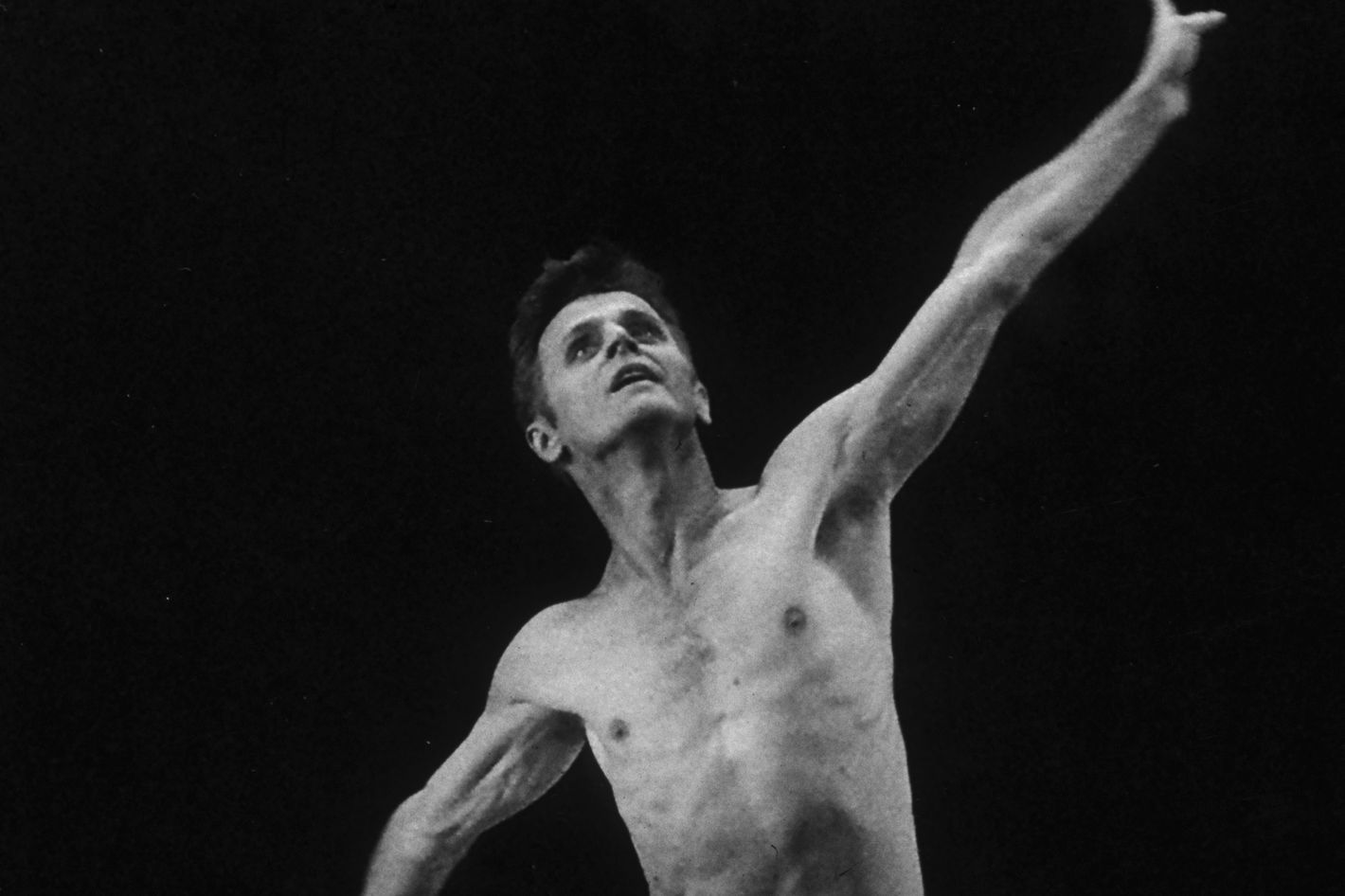 ull-length image of Latvian-born dancer, choreographer and actor Mikhail Baryshnikov performing a dance solo from Paul Taylor's 'Aureole', New York City. He was a featured guest artist for the program.
