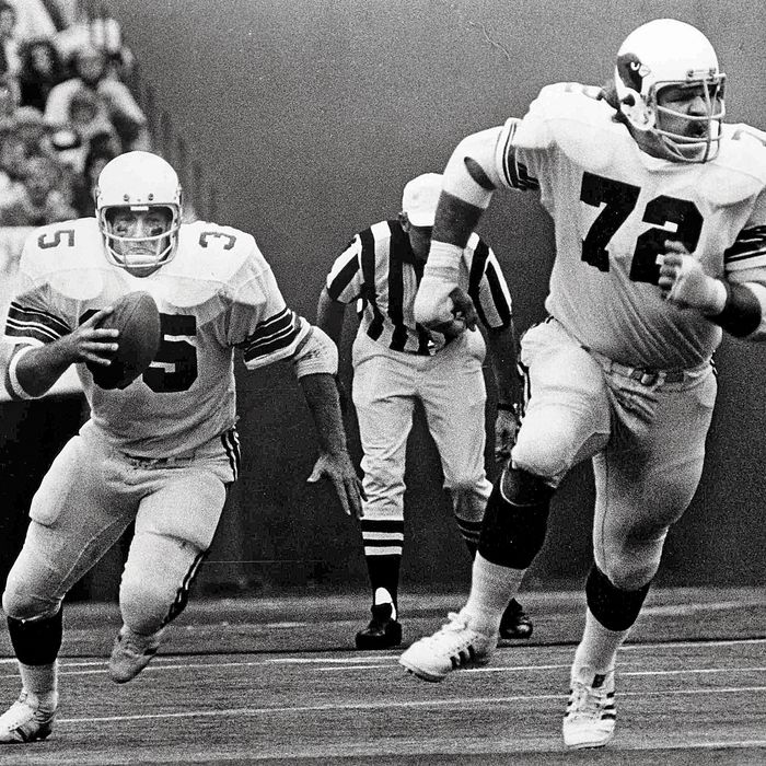 705590a73e7365 Offensive tackle Dan Dierdorf blocks for running back Jim Otis of the St.  Louis Cardinals