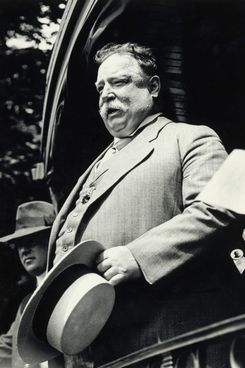 Original caption: President William Taft gives a speech from the back of a Railroad Car sometime during his presidency.  Undated photo circa 1910. --- Image by ? Bettmann/CORBIS
