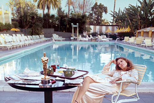 American actress Faye Dunaway takes breakfast by the pool with the day's newspapers at the Beverley Hills Hotel, 29th March 1977. She seems less than elated with her success at the previous night's Academy Awards ceremony, where she won the 1976 Oscar for Best Actress in a Leading Role for 'Network'.(Photo by Terry O'Neill/Getty Images)