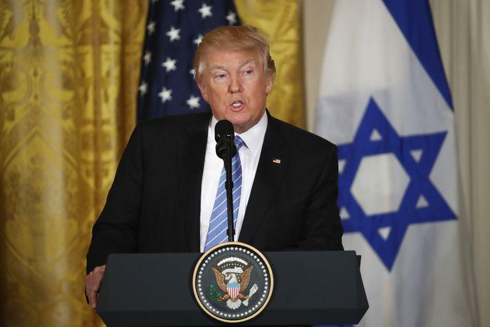 Trump decries threats against Jewish centers