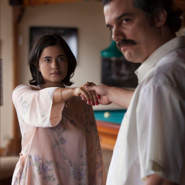 Paulina Gaitán as Tata, Wagner Moura as Pablo.